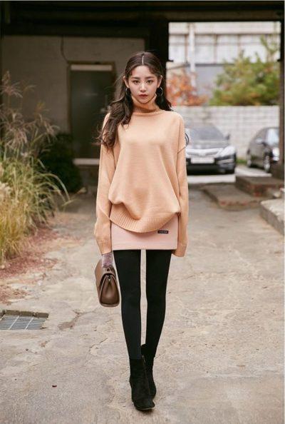 Áo cổ lọ và quần skinny