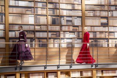Người kế nhiệm Lagerfeld biến show Chanel Haute Couture thành thư viện khổng lồ