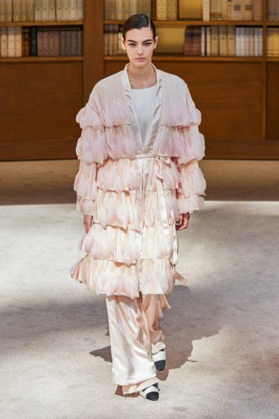 Người kế nhiệm Lagerfeld biến show Chanel Haute Couture thành thư viện khổng lồ - Ảnh 14