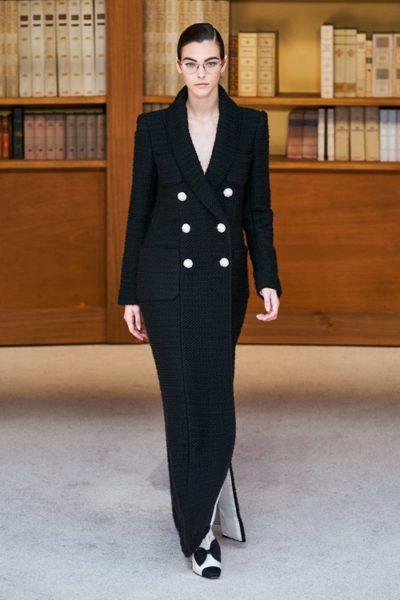 Người kế nhiệm Lagerfeld biến show Chanel Haute Couture thành thư viện khổng lồ - Ảnh 2