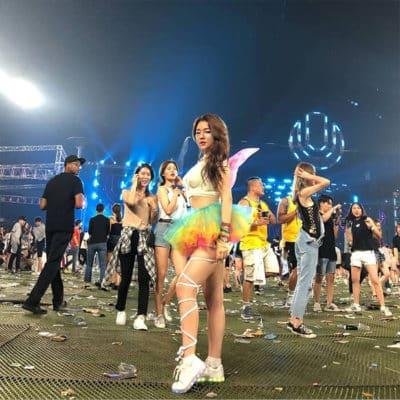 Vòng tay đầy sắc màu hay một chiếc cánh bướm đeo sau lưng cũng là những phụ kiện được các cô gái Hàn rất ưa chuộng nữa đấy.