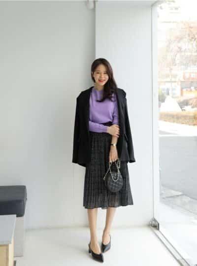 Áo len tím mặc cùng váy đen voan họa tiết