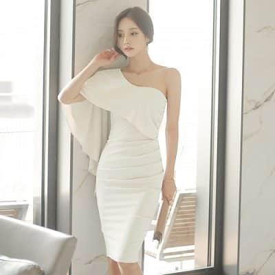 Đầm trắng hở một vai phối choàng