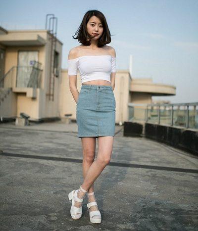 Kết hợp áo croptop tay con với chân váy jean body