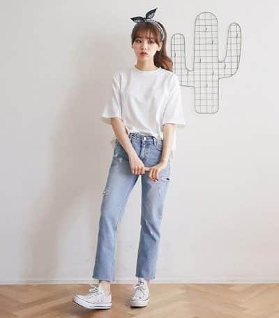 Áo phông mặc với quần jeans chưa bao giờ lỗi mốt