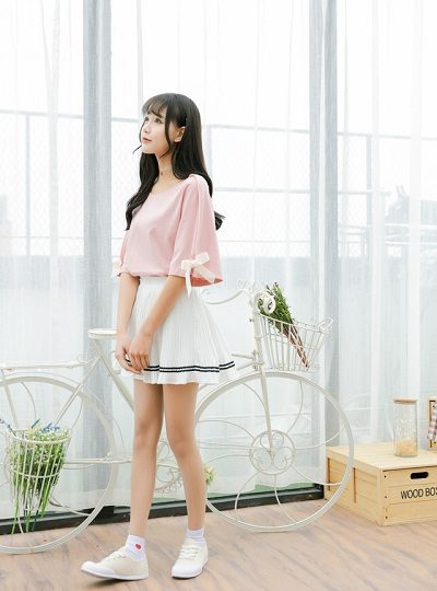 Nhí nhảnh, đáng yêu với chân váy trắng và áo thun hồng điệu đà