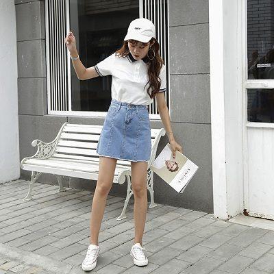 Áo thun trắng có cổ kết hợp chân váy jean