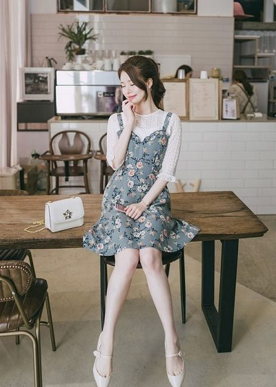 Dịu dàng, dễ thương với đầm yếm hoa mix áo ren trắng