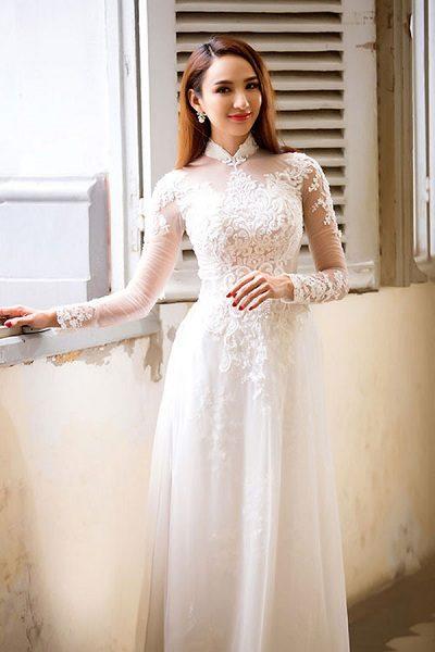 Áo dài trắng tinh khôi lấy ren làm chủ đạo tôn lên vẻ đẹp quyến rũ