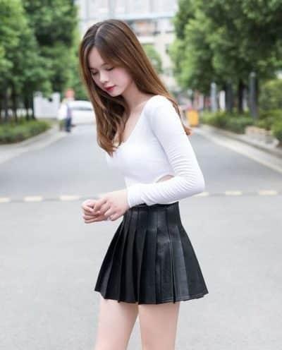 Áo phông trắng mix chân váy xếp ly