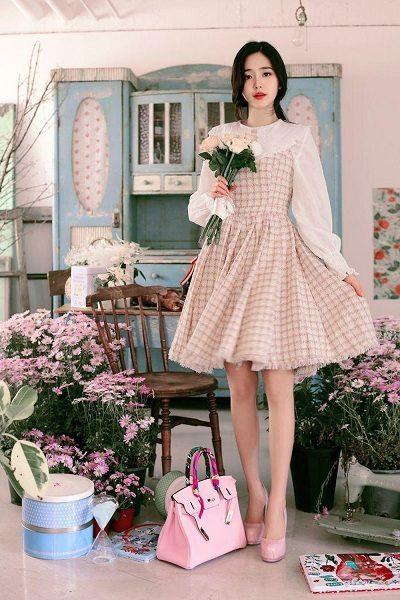 Áo sơ mi trắng kết hợp váy yếm xòe dự tiệc cưới