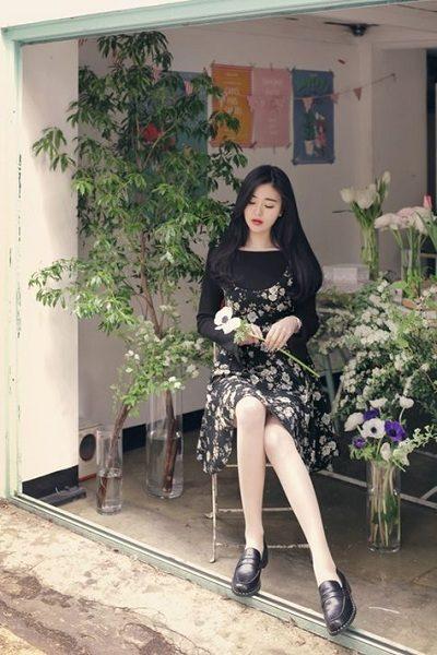 Áo thun đen phối váy yếm hoa dự tiệc cưới