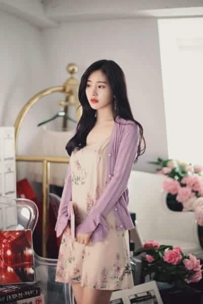Mix váy hoa với áo cardigan màu tím tượng trưng cho sắc đẹp hài hòa và ổn định