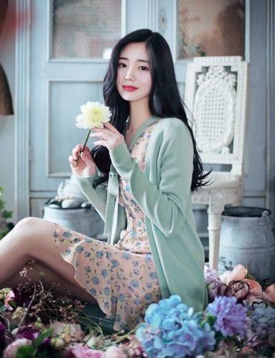Mix váy hoa với áo cardigan màu xanh lá cây mang lại sự an toàn và xinh xắn hơn