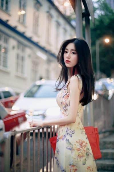 Váy hoa gam màu vàng nhẹ nhàng cho bạn thêm nữ tính.