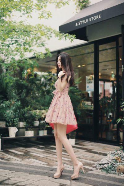 Hãy kết hợp váy hoa trang nhã với túi xách nhé cùng tone màu nhưng khác sắc độ nhé!