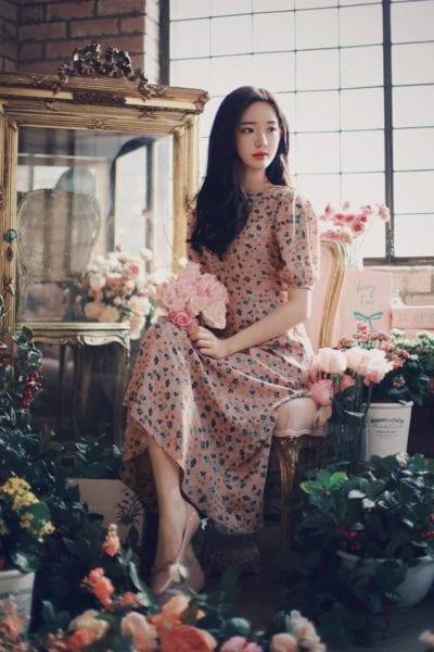 Nét đẹp nhẹ nhàng, tinh khôi ẩn hiện trong những chiếc váy hoa dáng dài này.