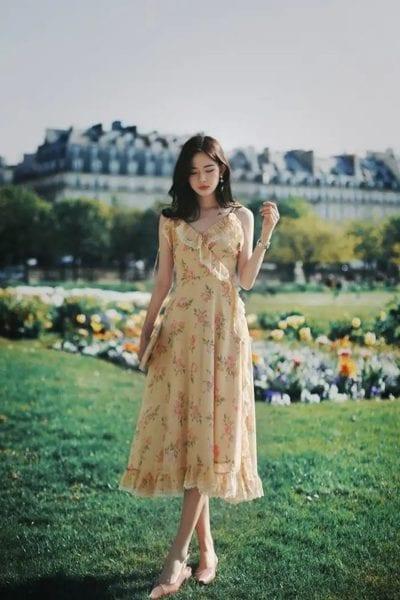 Thỉnh thoảng đẹp trời có thể diện kiểu váy hoa dáng dài 2 dây cho mát mẻ.