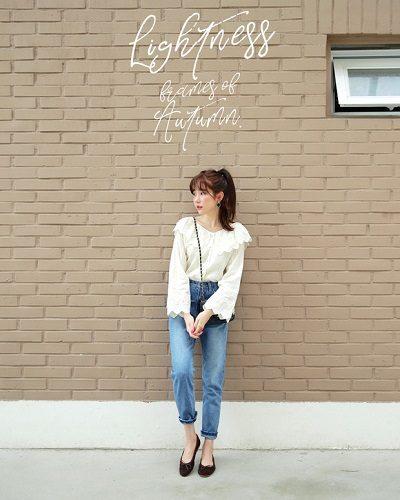 Công thức: Áo điệu + Quần jeans + Giày búp bê