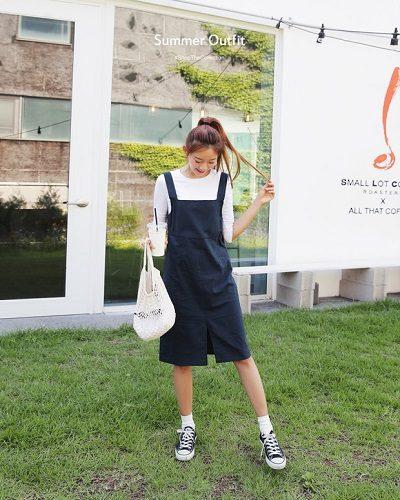 Công thức: Áo phông trắng + Váy yếm + Giày sneaker