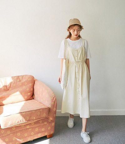 Công thức: Áo phông trắng + Váy 2 dây + Giày sneaker + Mũ cói