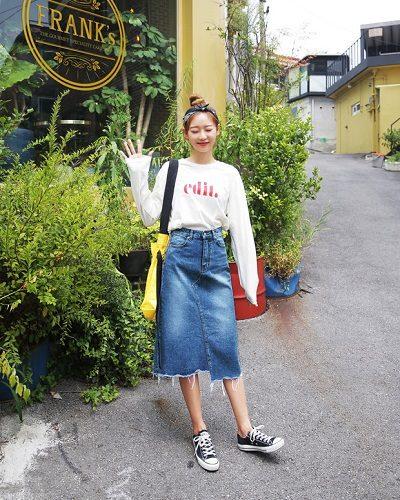 Công thức: Áo phông + Chân váy denim + Giày sneaker