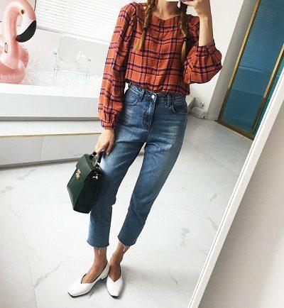 Công thức: Blouse kẻ tay bồng + Quần jeans + Giày búp bê