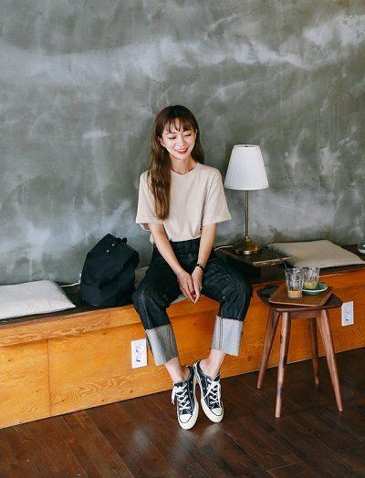 Công thức: Áo phông trơn + Quần jeans xắn gấu + Giày sneaker