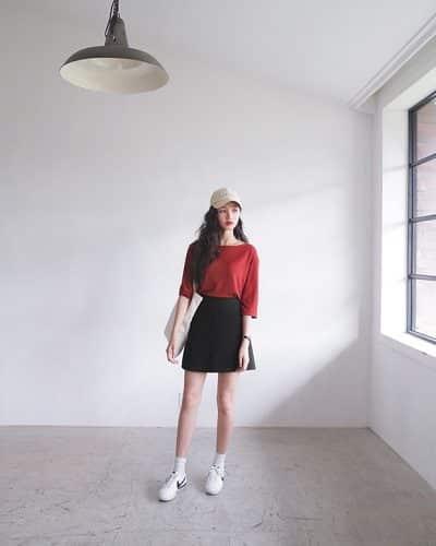 Công thức: Áo phông + Chân váy chữ A + Sneaker + Mũ lưỡi trai