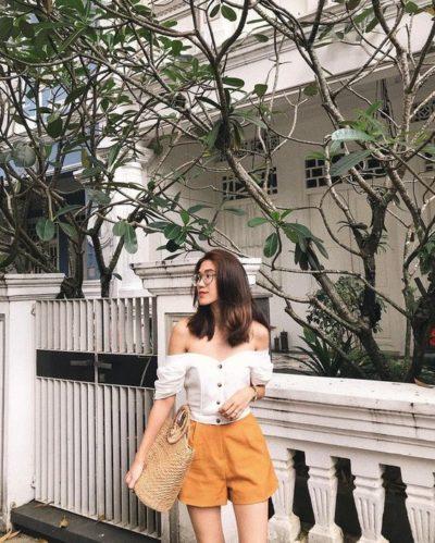 Áo trễ vai trắng phối quần short cam