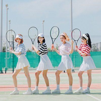 Phối váy tennis trắng với áo thun sọc ngang tông sáng màu