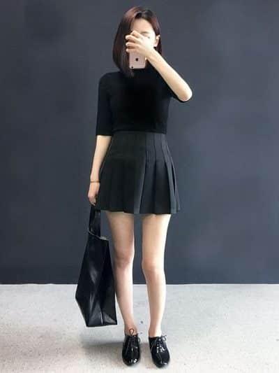 Phối váy tennis với áo thun phông tông màu đen