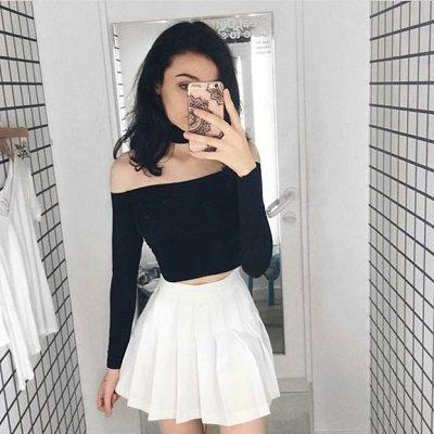 Mặc váy tennis trắng với áo phông croptop trễ vai