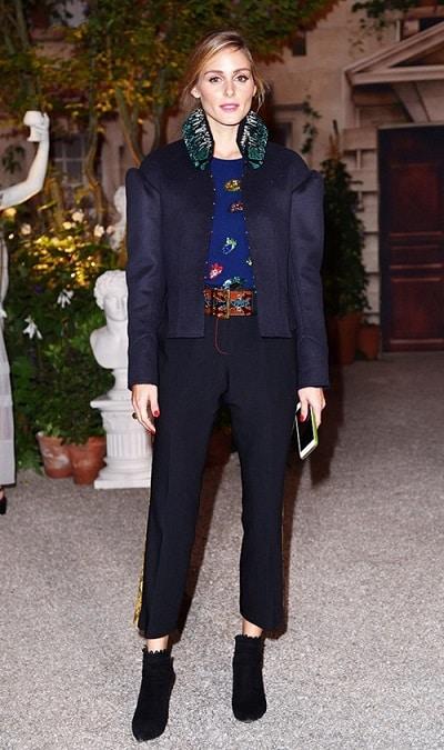 Bốt cổ ngắn sẽ đẹp hơn tất mix cùng sandal nhiều, đó là theo Olivia Palermo