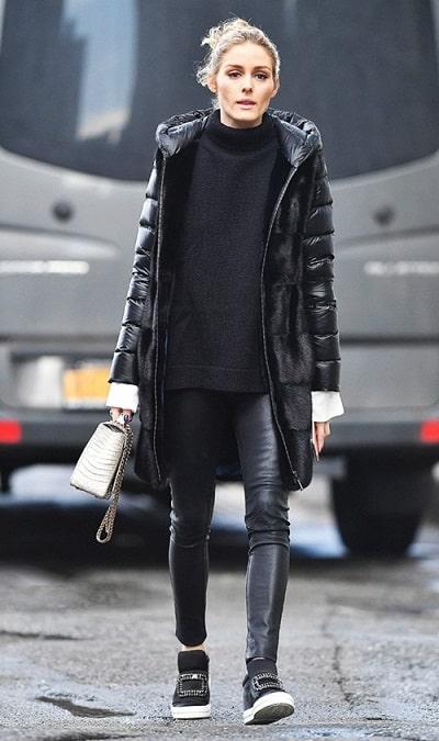 Olivia Palermo thường chọn quần da thay vì quần nỉ và thực tế là chúng cũng dễ mix đồ hơn