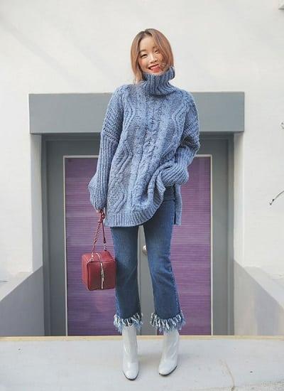 Mẫu áo len oversize màu xanh dương trẻ trung