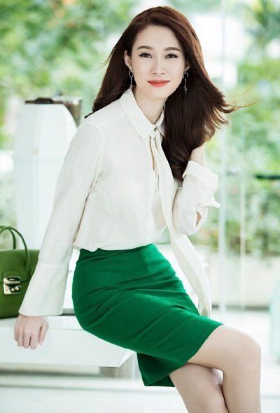 Phối áo sơ mi trắng trơn thắt nơ với váy body dáng ngắn