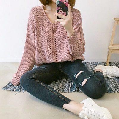 Công thức: Áo len cổ V + Quần jeans rách
