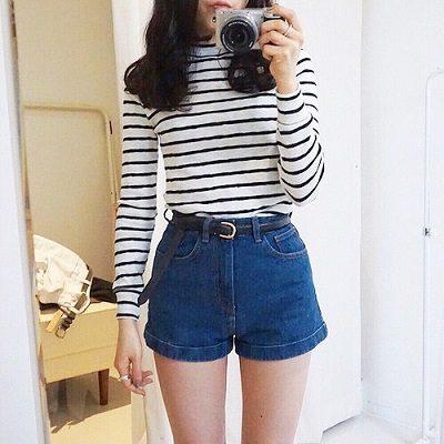 Công thức: Áo phông sọc ngang tay dài + Quần short jean cạp cao