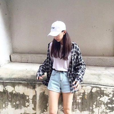 Công thức: Áo phông tay dài + Quần short jean ngắn