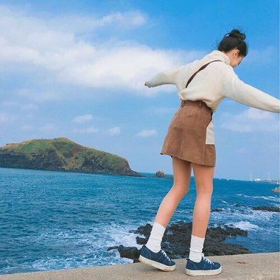 Công thức: Áo len + Chân váy bò