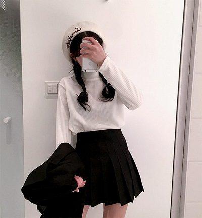 Công thức: Áo len tay dài + Chân váy tennis đen
