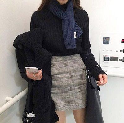 Công thức: Áo len tông đen + Chân váy kaki sọc vuông