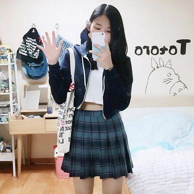 Công thức: Áo croptop + Chân váy tennis sọc vuông