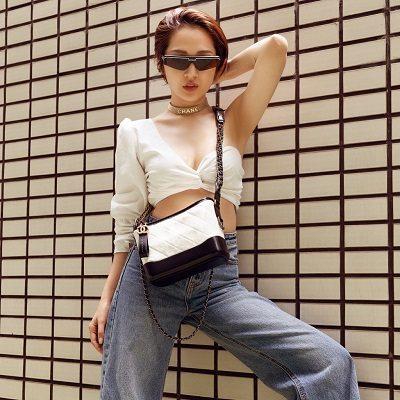 Ngoài đời, thời trang xuống phố của Bảo Anh thường ưu ái những chiếc quần jeans ống rộng kết hợp với áo croptop siêu ngắn với thiết kế bất đối xứng.