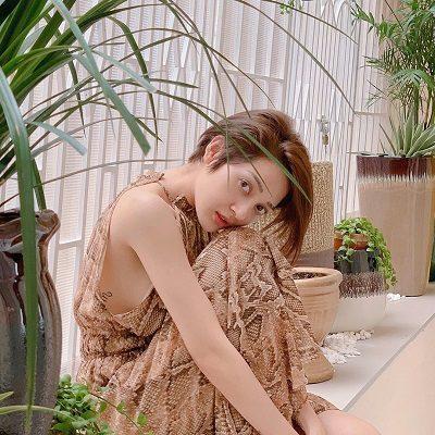 Khi ở nhà, Bảo Anh chọn những chiếc váy thoải mái nhưng vẫn vô cùng sexy, hơn nữa họa tiết da rắn thời thượng cũng khiến cô trở nên hấp dẫn hơn.