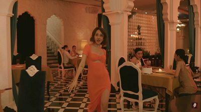 Những cảnh tiếp theo tại nhà hàng, nữ ca sĩ trở thành tâm điểm mọi ánh nhìn với váy liền màu cam có những đường cắt táo bạo.