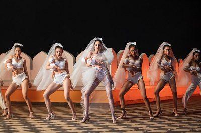 Cuối MV, Bảo Anh xuất hiện độc lạ với hình tượng cô dâu cùng trang phục kết hợp giữa chất liệu ren, voan và tất lưới đầy ấn tượng.