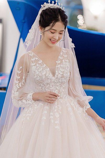Váy cưới tay bồng cổ V họa tiết hoa xinh xắn