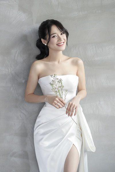 Váy cưới Nhã Phương: Item vô cùng sang trọng và quyến rũ làm nàng có vóc dáng cao ráo trở nên xinh xắn hơn